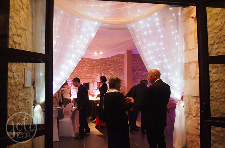 Wedding-planner-Poitiers-Tours-Chatellerault-La-Rochelle-Decoration-de-mariage-Location-voilages-drapés-blanc-rideaux-lumineux
