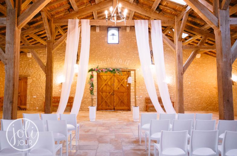 Decorateur-ceremonie-de-luxe-laique-en-exterieur-rustique-chic-moderne-corail-orientale