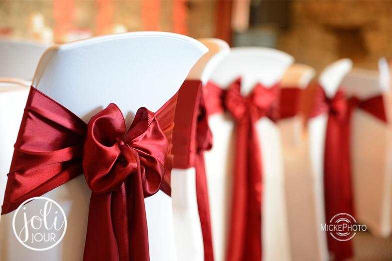 location-housses-de-chaises-blanches-mariage-decoration-rouge-bordeaux