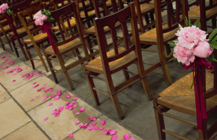 idee-decoration-eglise-pivoines-rose-pale-mariage-ceremonie