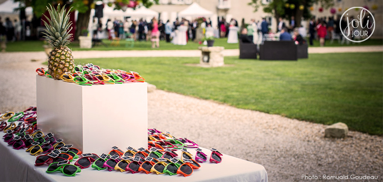 idee-plan-de-table-original-lunettes-de-soleil-mariage-tutti-frutti-colore-tropical-exotique-decoration