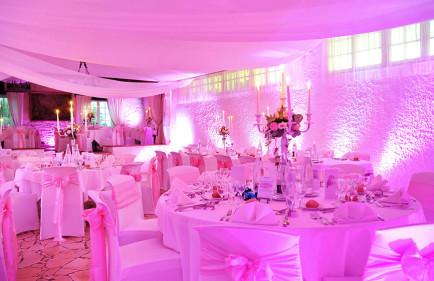 location-chandeliers-argent-blanc-rose-pale-location-voilages