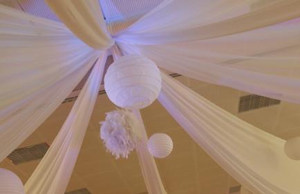 voilages blancs mariage location lanternes blanches boules de - Voilage Mur Mariage