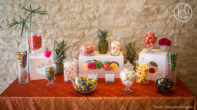 joli-jour-decorateurs-de-mariage-wedding-candy-bar-a-bonbons-tutti-frutti-multicolor-rainbow-sweet-table-exotique-tropica-fruits-pineapplel